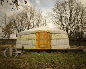 La yourte située tout près de la ferme est prête à accueillir les stagiaires